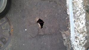 Moradores reclamam de buraco em rua da Santa Cruz-união