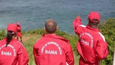 Corpo de Bombeiro permanece na Praia de Amaralina em busca do corpo do Jovem
