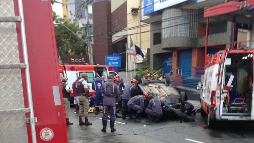 Photo of Carro capota e deixa quatro feridos em frente a prefeitura-bairro do Rio Vermelho