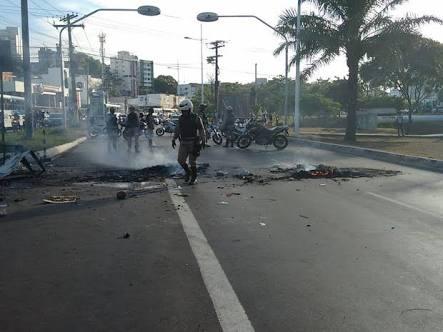 Photo of Grupo protestam após mortes no Vale das Pedrinhas e fecha a entrada do bairro