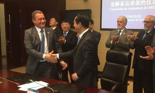 O Governador da Bahia assina acordo com empresa chinesa para viabilizar Ponte Salvador-Itaparica