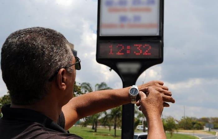 Photo of Horário de verão começa à meia-noite deste sábado e a Bahia continua no horário normal