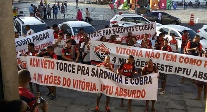 Torcedores do Vitória realizam manifestação contra o valor do IPTU em frente a câmara municipal de Salvador