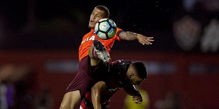 Vitória perde em casa para o Atlético-PR e se aproxima da zona