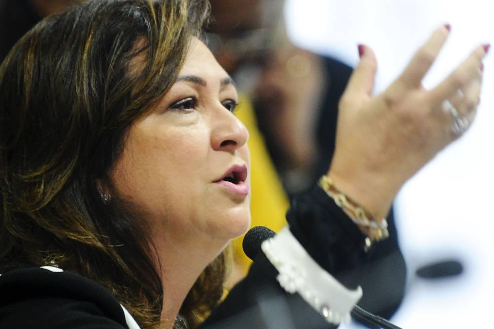 Após expulsão do PMDB, Kátia Abreu usa redes sociais para criticar Temer