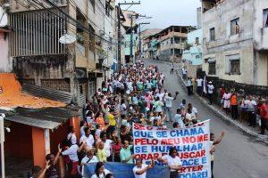 CAMINHADA PELA PAZ Reúne fiéis e moradores nas ruas do bairro da Santa Cruz.