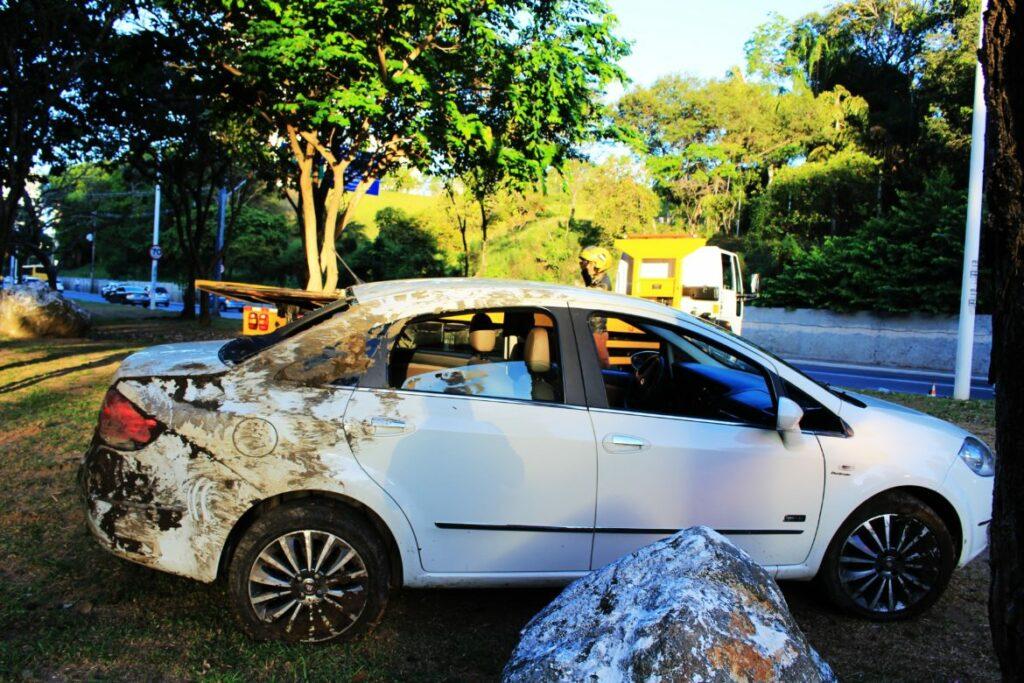 Carro cai em canal da Av Juracy Magalhães sentindo Iguatemi