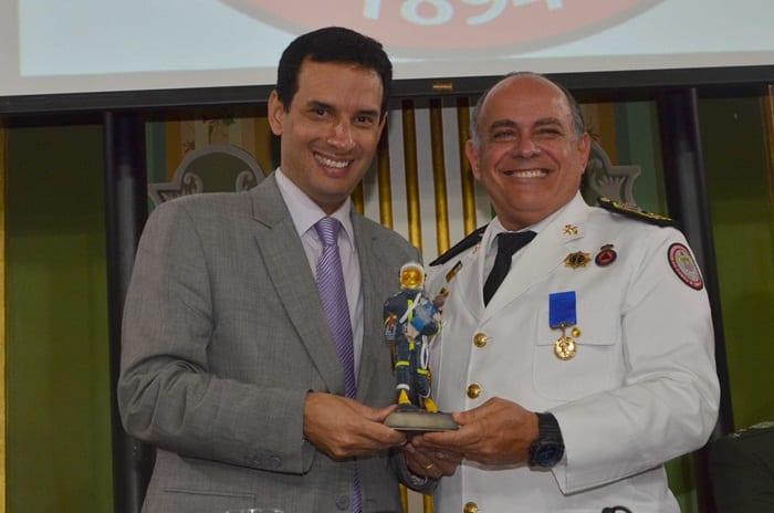 Comandante do Corpo de Bombeiros recebe homenagem na Câmara