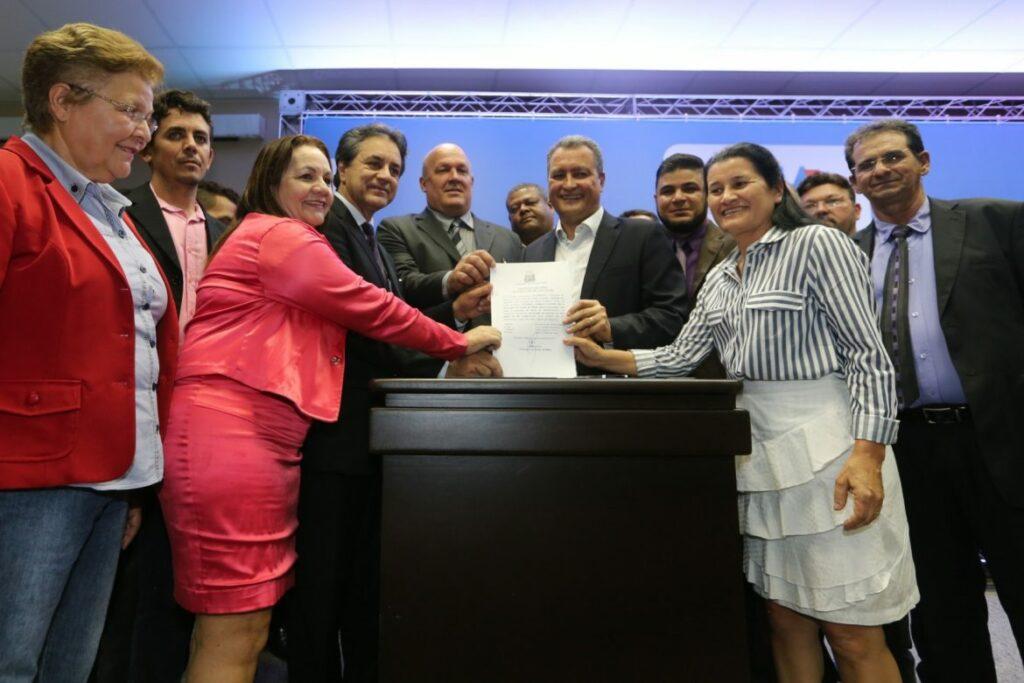 Photo of Governo celebra R$ 37 milhões em convênios com 61 municípios