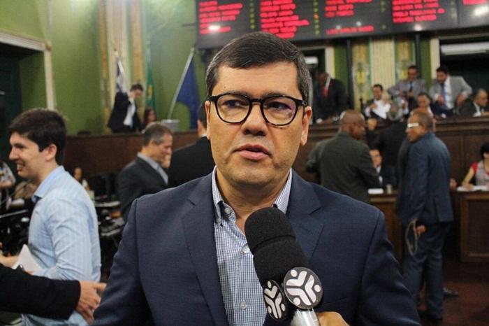 Secretario Claudio Tinoco participa de sessão na Câmara