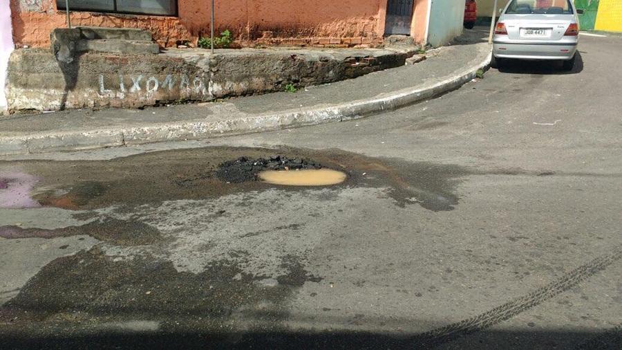 Photo of Moradores da Rua 11 de Novembro reclamam de buraco na via