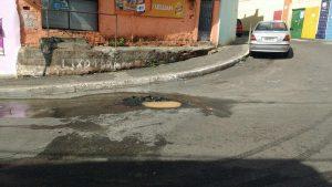 Moradores da Rua 11 de Novembro reclamam do buraco na via