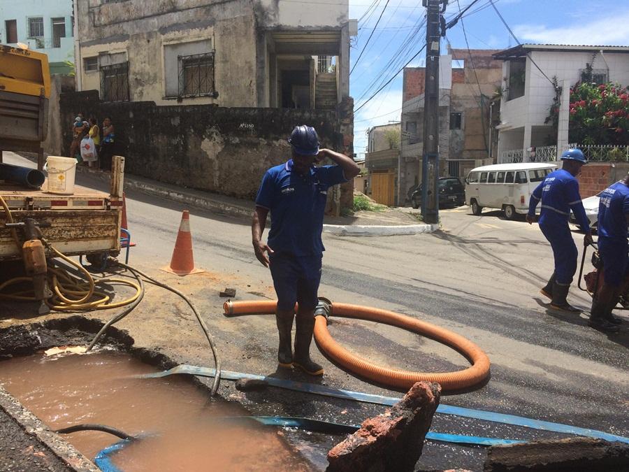 Rede de água estoura no bairro da Santa Cruz