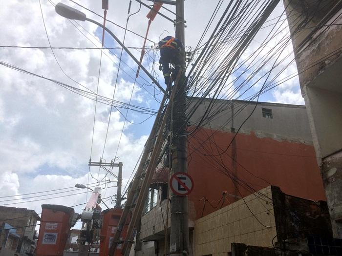 Após denúncias de moradores, Coelba troca postes no Nordeste de Amaralina