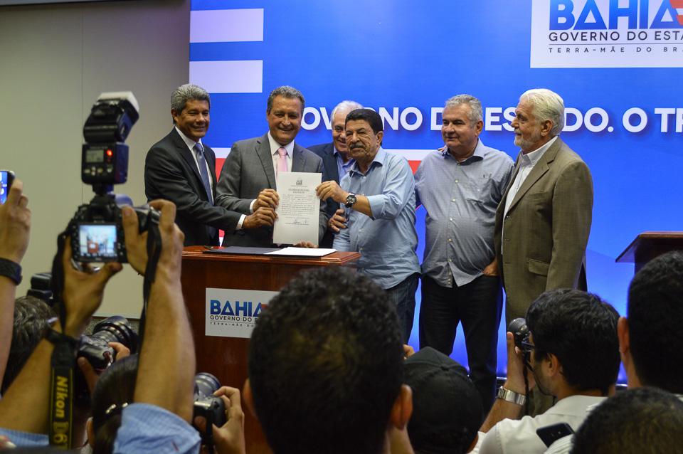 Photo of Rui entrega 24 ambulâncias e assina convênios no valor R$ 25 milhões com municípios baianos