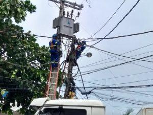 Equipe de manutenção da Coelba realiza uma melhoria na rede elétrica do bairro da Santa Cruz