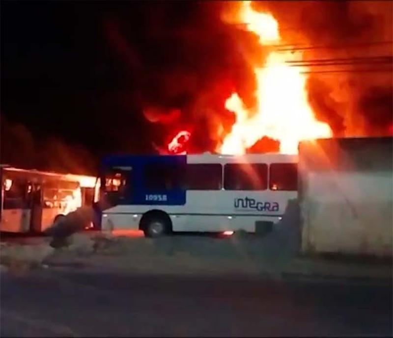 Incêndio em garagem destrói cerca de 60 ônibus em Salvador