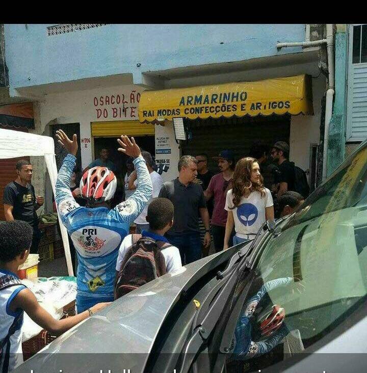 Photo of Luciano Huck grava matéria  para o Caldeirão do Huck na comunidade da Santa Cruz