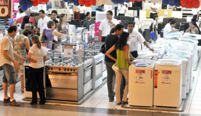 Photo of Confiança do consumidor volta a cair em fevereiro, informa pesquisa
