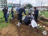 Emoção, dor e saudade no sepultamento da idosa morta durante ação da PMBA no Nordeste de Amaralina