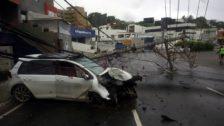 Motorista perde o controle do veículo e derruba dois postes em frente a Sub-Prefeitura Bairro do Rio Vermelho1
