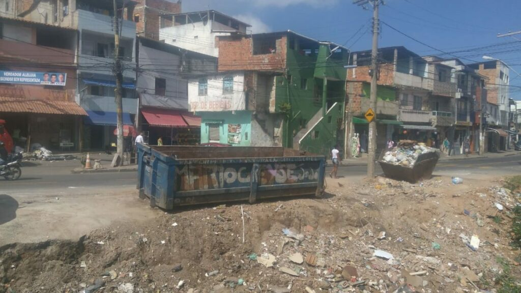 Photo of Prefeitura realiza limpeza de canal na Av. Vale das Pedrinhas