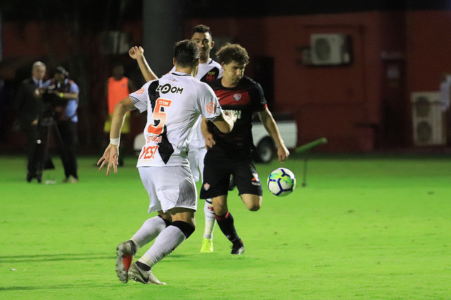 Photo of Vitória bate o Vasco e se afasta da zona de rebaixamento
