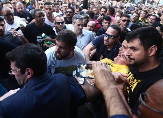 Photo of Após confusão, Bolsonaro é esfaqueado e levado ao hospital
