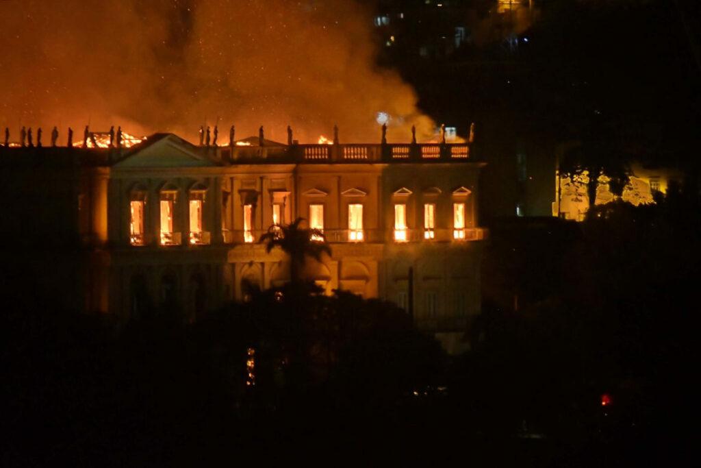 Photo of Fogo destrói 200 anos de história no museu nacional
