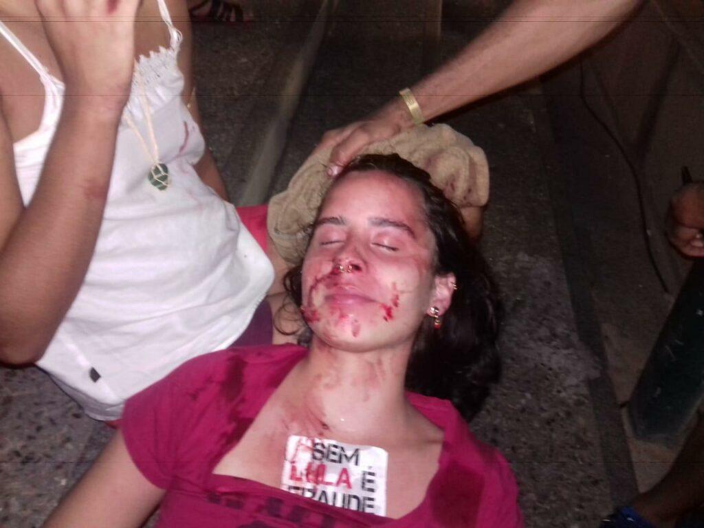 Photo of Mulher é agredida por PM com golpe de cassetete na cabeça no Río Vermelho