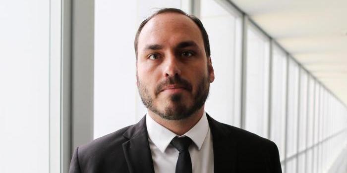 Photo of Filho de Bolsonaro deixa articulação de comunicação do pai, mas mantém crítica à imprensa