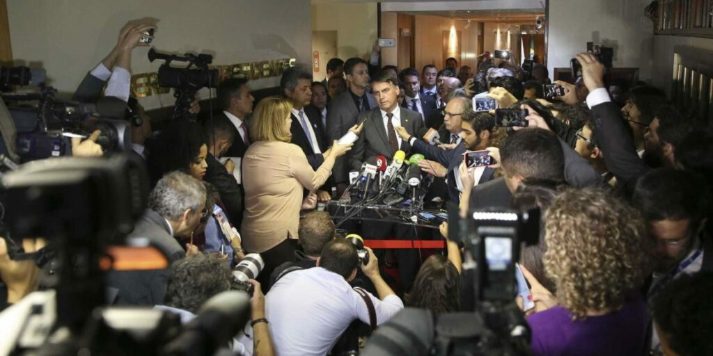 Photo of Bolsonaro recebe embaixadores e governadores eleitos nesta quarta-feira (14)