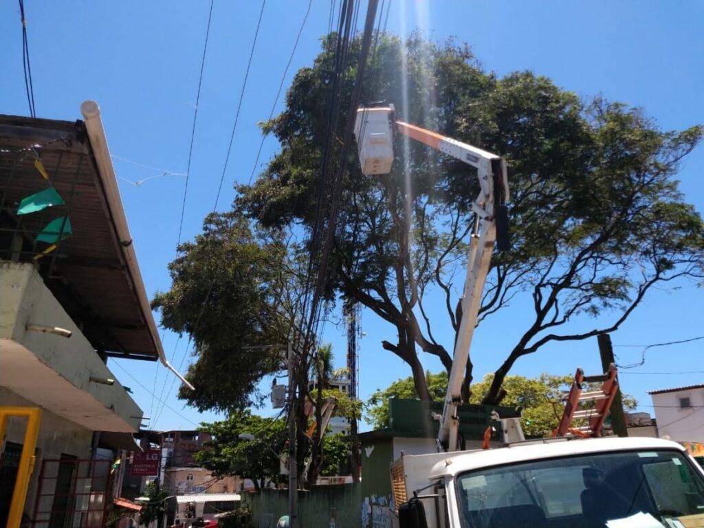 Photo of Coelba realiza poda de árvore no Colégio Teodoro Sampaio no bairro da Santa Cruz e ruas da comunidade estão sem energia