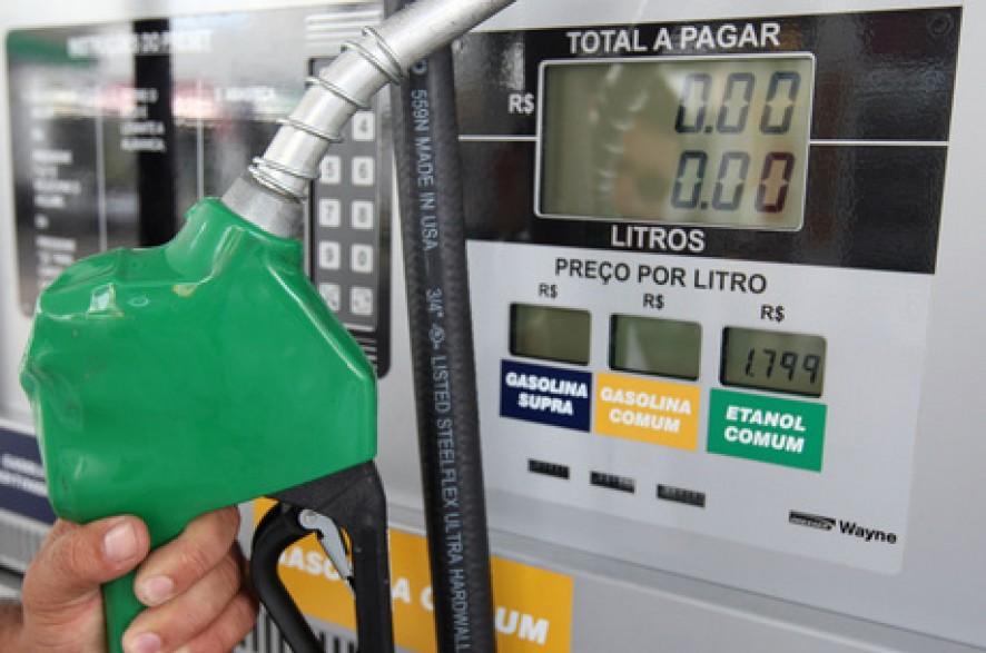 Photo of Petrobras reduz preço do litro da gasolina nas refinarias outra vez; valor chega a R$ 1,7165