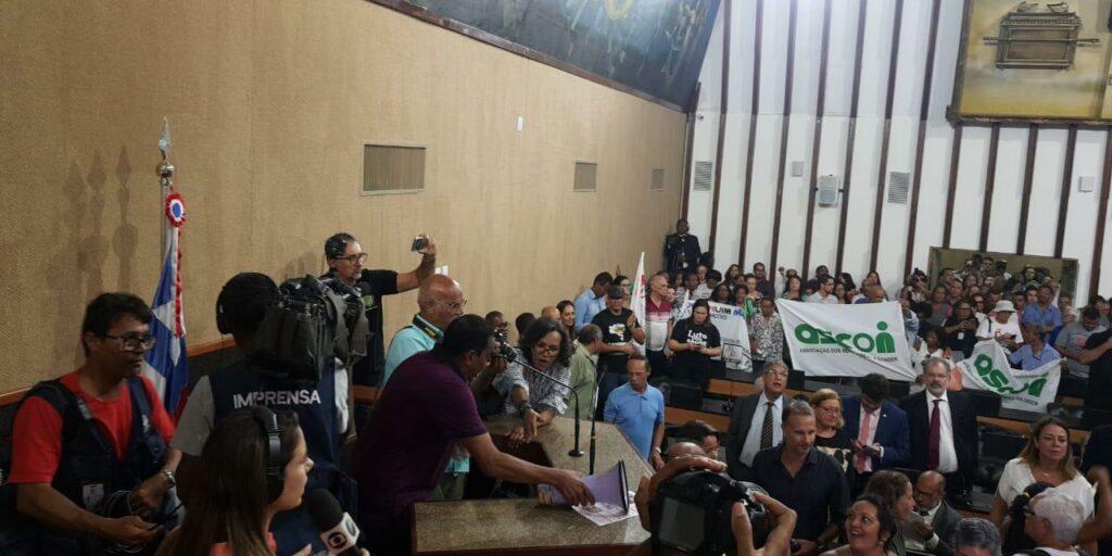 Photo of CONFUSÃO NA ALBA! Após invasão de servidores, presidente da Casa adia votação