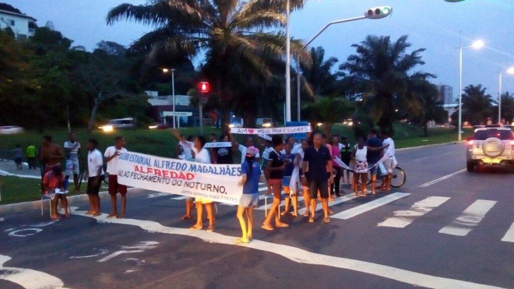 Photo of Estudantes realizam protesto na entrada do Vale das Pedrinhas contra fechamento de escola estadual