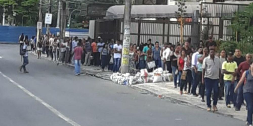 Photo of PARA FUGIR DA CRISE: candidatos formam fila extensa na porta do SineBahia na ACM