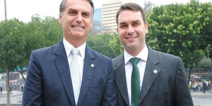 """Photo of """"Não é da sua conta"""", diz Bolsonaro a repórter sobre ligação de filho com milícia"""