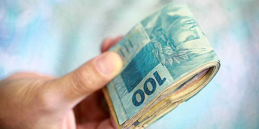 Photo of Bolsonaro assina decreto que fixa salário mínimo em R$ 998 em 2019