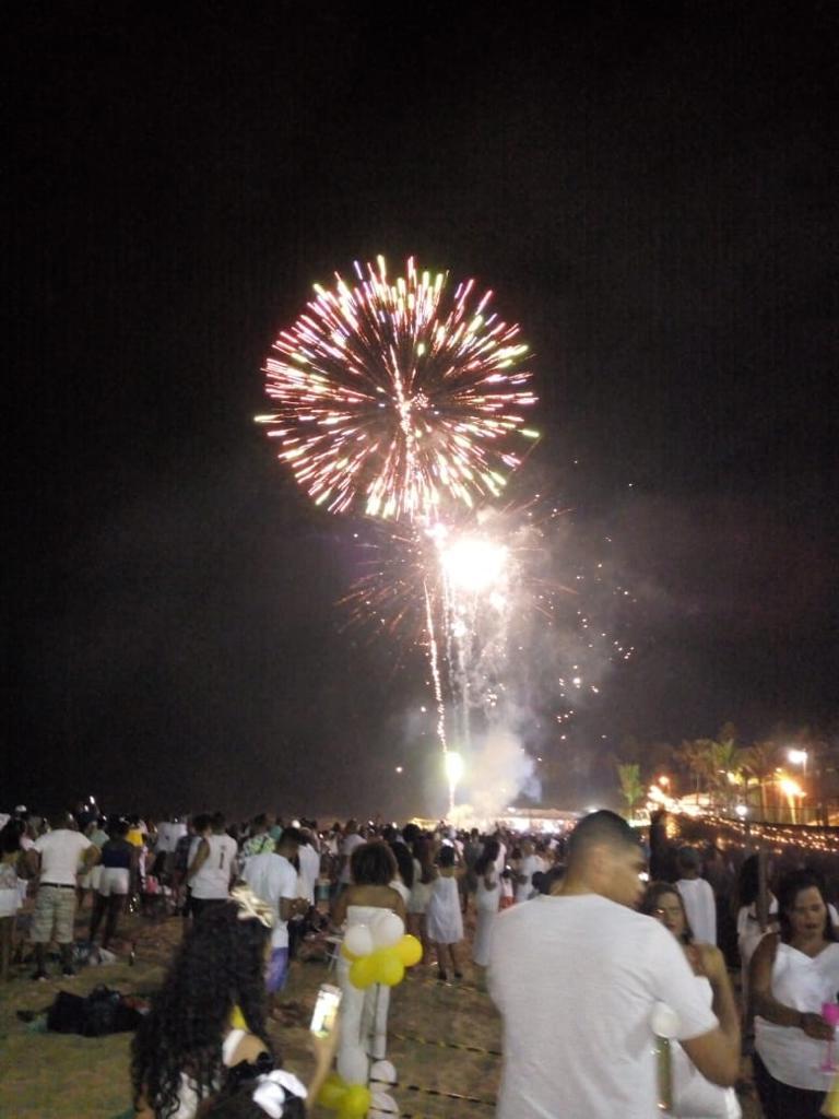 Photo of Moradores da Santa Cruz comemoraram a virada de 2018 para 2019 na Praia de Amaralina