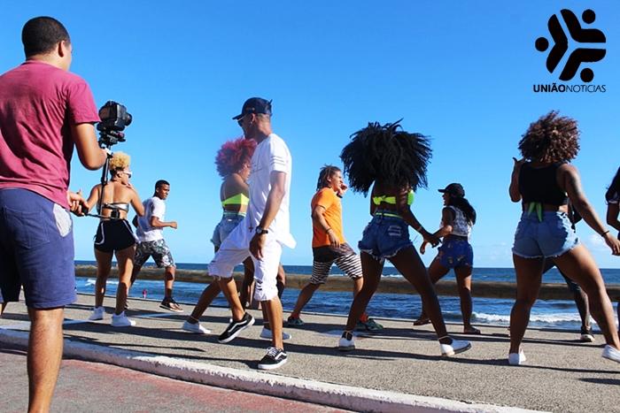 Photo of Baile dos Artista e Gravação de Clipe da Banda #Hashtag movimentam a Praia de Amaralina; fotos