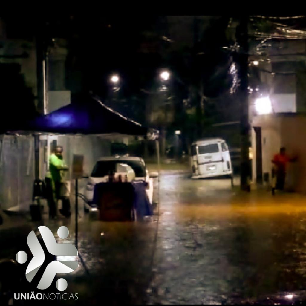 Photo of Chuva alaga ruas e deixa moradores ilhados no Bairro da Chapada do Rio Vermelho