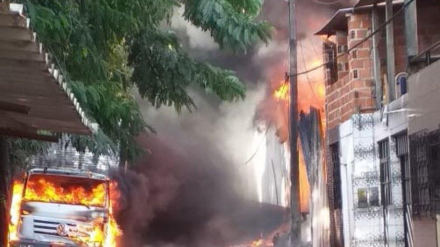 Photo of Casas começam a ser atingidas por incêndio na fábrica da Ortobom em Valéria