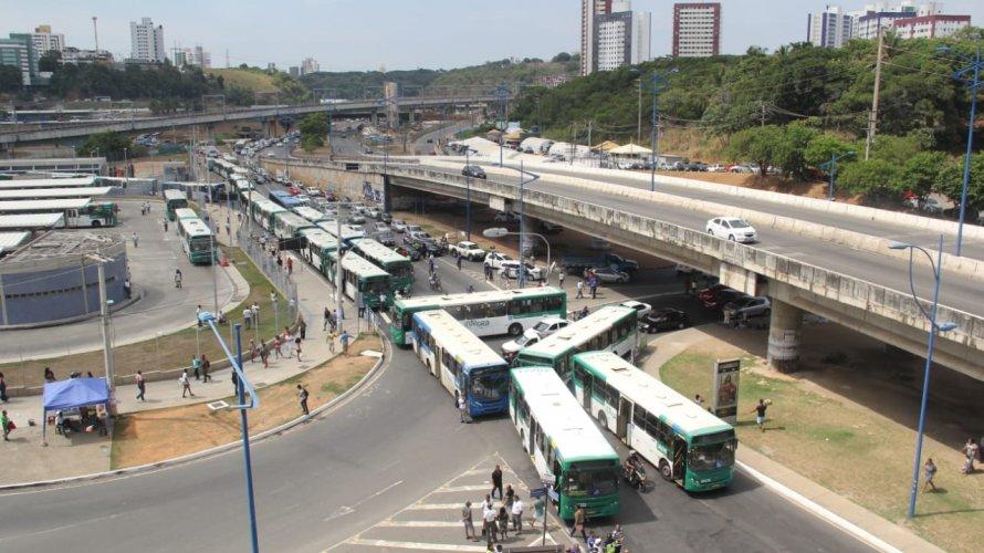 Photo of Manifestação trava trânsito na Rótula do Abacaxi. Transalvador faz desvios