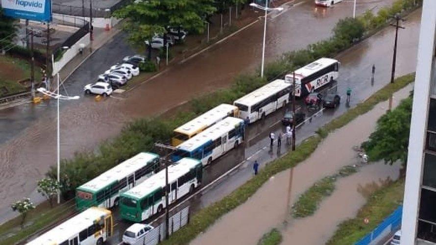 Photo of Chuva causa transtornos em Salvador; ainda há registros de alagamentos na Avenida ACM