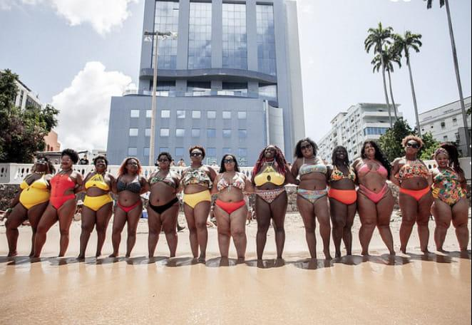 """Photo of Movimento """"Vai Ter Gorda"""" faz ensaio fotográfico com mulheres negras e movimenta praia do Porto da Barra"""