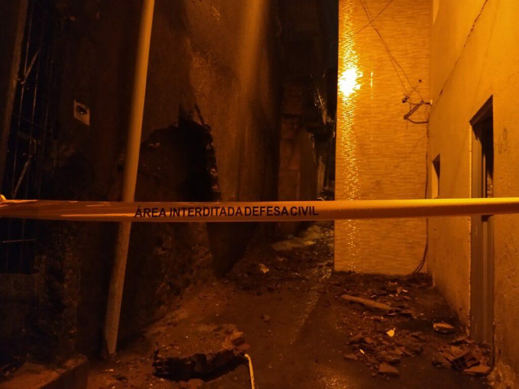 """Photo of TRAGÉDIA: Após forte chuva em Salvador, muro da torre da operadora """"Oi"""" cai e atinge casas em Santa Cruz"""