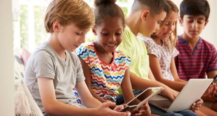 Photo of 21% das crianças e adolescentes deixam de comer ou dormir por causa da internet, diz pesquisa