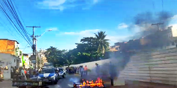 Photo of Moradores queimam objetos e bloqueiam pista no Vale das Pedrinhas; trânsito fica lento