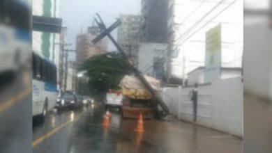 Photo of Caçamba bate em poste e deixa trânsito congestionado na Graça